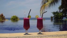 Glazen met een cocktail dichtbij de pool Stock Afbeeldingen