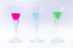 Glazen met kleurenvloeistoffen Stock Foto's