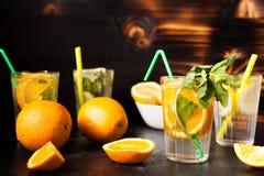 Glazen met orangeade en limonade stock foto's