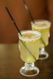 Glazen met overwogen wijn op witte wijntribune op een lijst Stock Foto's