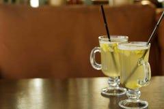 Glazen met overwogen wijn op witte wijntribune op een lijst Stock Afbeeldingen