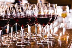 Glazen met rode wijn op vage achtergrond Stock Fotografie
