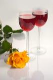 Glazen met Rode Wijn op Wit Stock Afbeelding