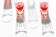 Glazen met sap en hun schaduw royalty-vrije stock fotografie