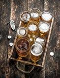 Glazen met vers bier op een oud dienblad Royalty-vrije Stock Afbeelding