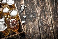 Glazen met vers bier op een oud dienblad Stock Foto's