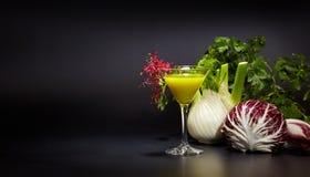 Glazen met verse organische groente en vruchtensappen Stock Afbeelding