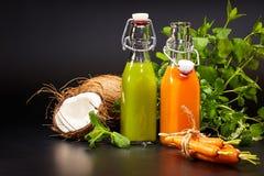 Glazen met verse organische groente en vruchtensappen Royalty-vrije Stock Afbeeldingen