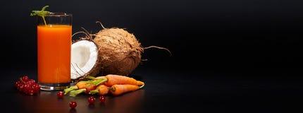 Glazen met verse organische groente en vruchtensappen Stock Foto's