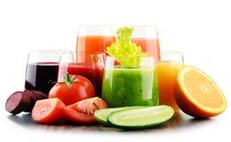 Glazen met verse organische groente en vruchtensappen Royalty-vrije Stock Foto's