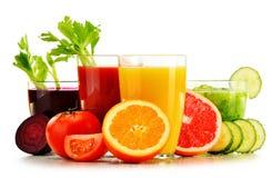 Glazen met verse organische groente en vruchtensappen op wit Stock Foto