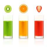 Glazen met verse vruchtensappen Stock Afbeeldingen