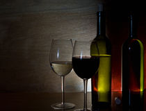 Glazen met witte en rode wijn stock foto's