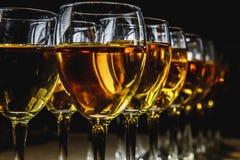 Glazen met witte wijn op vage achtergrond Stock Foto's