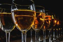 Glazen met witte wijn op vage achtergrond Royalty-vrije Stock Foto