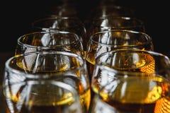 Glazen met witte wijn op vage achtergrond Stock Afbeelding