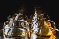 Glazen met witte wijn op vage achtergrond Stock Fotografie