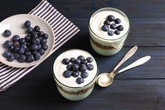 Glazen met yoghurt, bessen en granola royalty-vrije stock foto's
