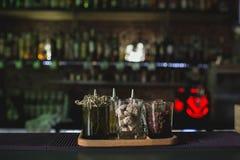 Glazen op barlijst, verfrissende dranken met stro Shugar en royalty-vrije stock foto's