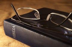 Glazen op Bijbel Stock Foto