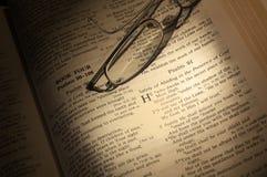 Glazen op Bijbel Royalty-vrije Stock Afbeeldingen