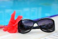 Glazen op de achtergrond van de pool Stock Foto's