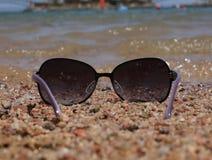 Glazen op de achtergrond van het overzees Royalty-vrije Stock Foto