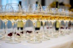 Glazen op de lijst stock afbeelding