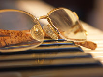 Glazen op de pianosleutels Royalty-vrije Stock Foto's