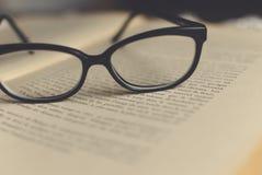 Glazen op een boek stock afbeeldingen