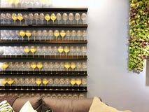 Glazen op een houten plank in de ruimte op de muur decoratie Het decor van de muur Stock Fotografie