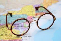Glazen op een kaart van de V.S. - Maryland Stock Foto