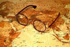 Glazen op een kaart van een wereld - India Royalty-vrije Stock Afbeeldingen