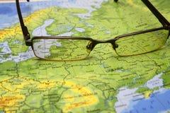 Glazen op een kaart van Europa Stock Fotografie