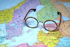Glazen op een kaart van Europa - Estland Stock Foto's