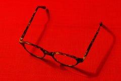 Glazen op een rode achtergrond Royalty-vrije Stock Foto's