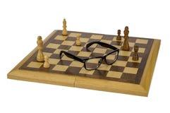 Glazen op een schaakbord Royalty-vrije Stock Fotografie