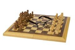 Glazen op een schaakbord Stock Foto's