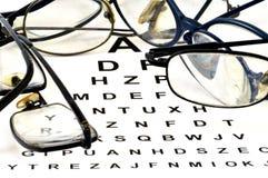 Glazen op een visuele test worden gesteld die stock fotografie