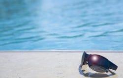 Glazen op een zwembadrand Royalty-vrije Stock Fotografie