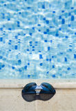Glazen op een zwembadrand stock afbeeldingen