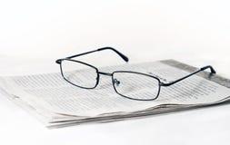 Glazen op gevouwen krant royalty-vrije stock foto