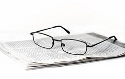Glazen op gevouwen krant royalty-vrije stock foto's