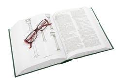 Glazen op het open boek Stock Foto