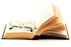 Glazen op het open boek royalty-vrije stock foto