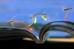 Glazen op het tijdschrift - Samenvatting Stock Afbeeldingen