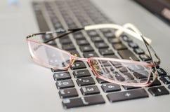 Glazen op Laptop Toetsenbord Stock Afbeelding