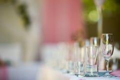 Glazen op lijst Royalty-vrije Stock Afbeelding
