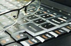 Glazen op toetsenbord Stock Fotografie