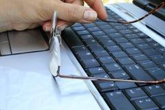 Glazen op toetsenbord Stock Foto's